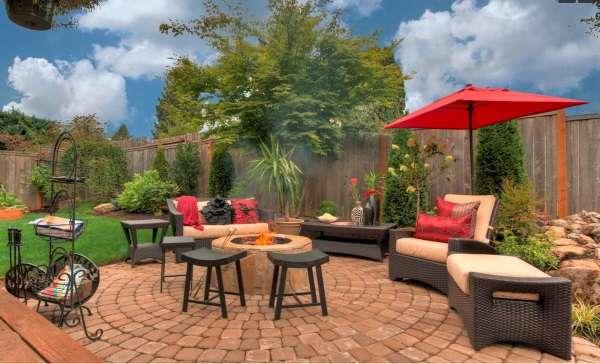 Интересная планировка двора частного дома - фото зоны отдыха