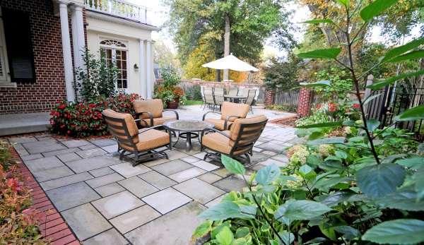 Стол и кресла в дизайне маленького двора частного дома