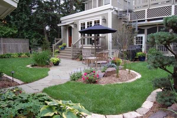 Дизайн маленького двора частного дома - фото зоны отдыха