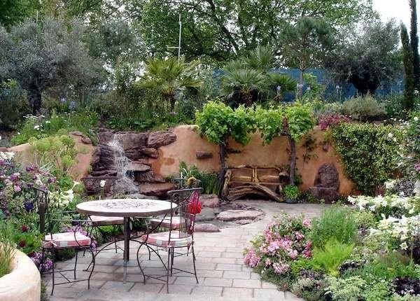 Дизайн двора частного дома - фото каменной отделки и водопада