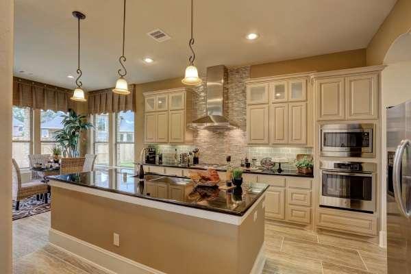 Шикарный дизайн кухни столовой в частном доме - фото с видом