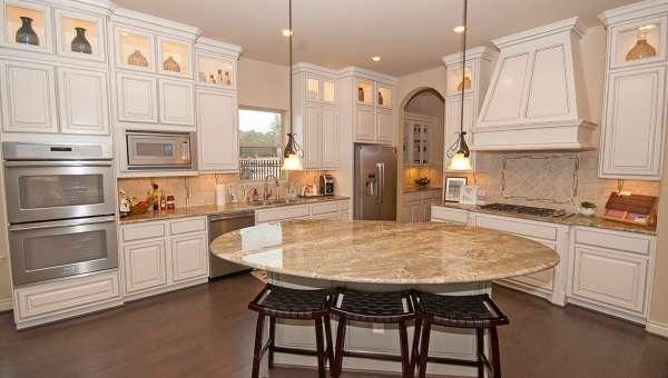 Дизайн кухни со столовой в виде острова в частном доме - фото