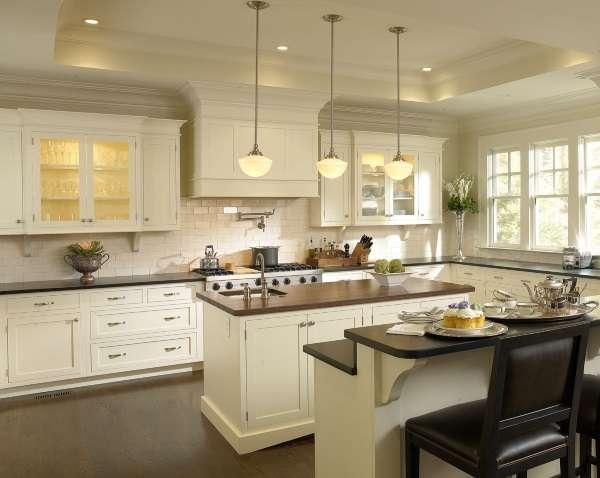 Дизайн кухни в частном доме - фото с островом и барной стойкой отдельно
