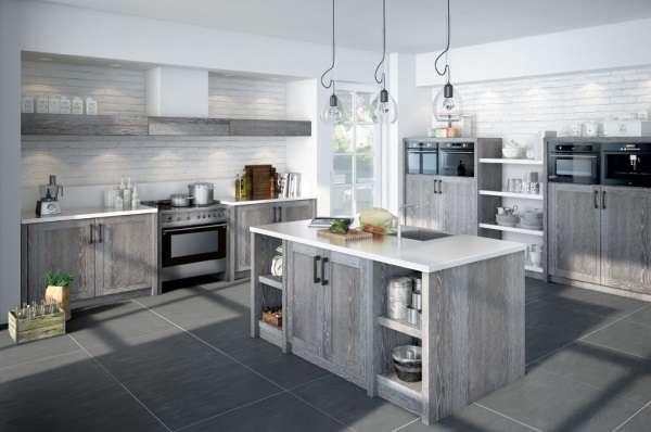 Дизайн кухни столовой в частном доме - фото в сером цвете