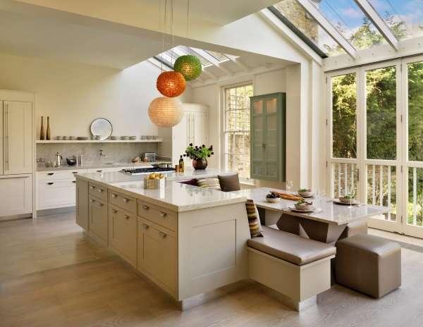 Дизайн кухни в частном доме - фото обеденной зоны с островом