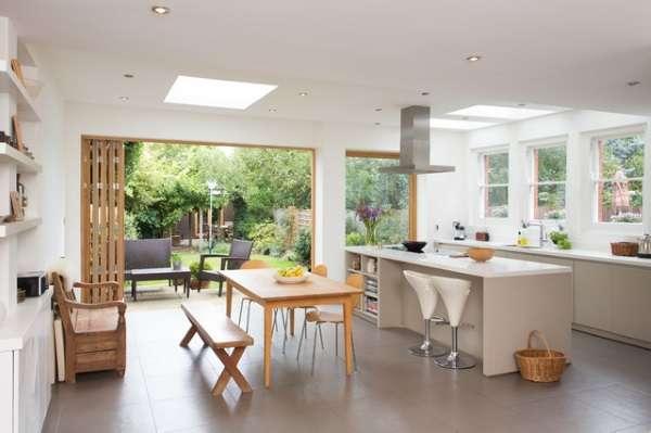Дизайн кухни столовой в частном доме - фото с выходом во двор