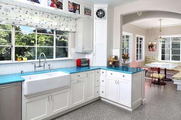 Дизайн кухни в частном доме с обеденным уголком - фото