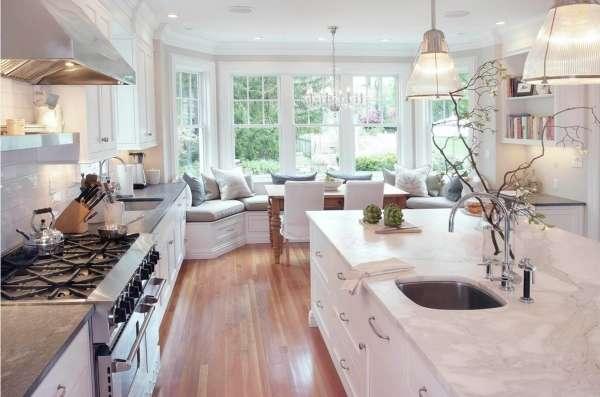 Столовая зона у окна в дизайне кухни частного дома - фото 2017