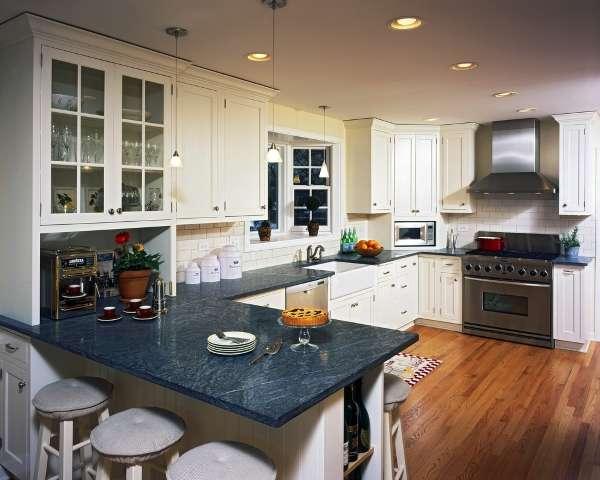 Интерьер кухни в частном доме - белая мебель и черные столешницы