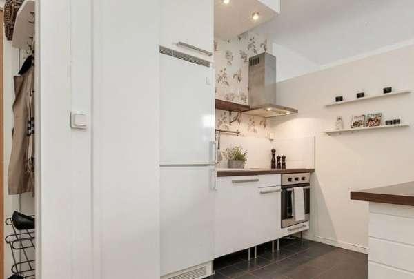Дизайн маленькой кухни в интерьере квартиры студии в белых тонах