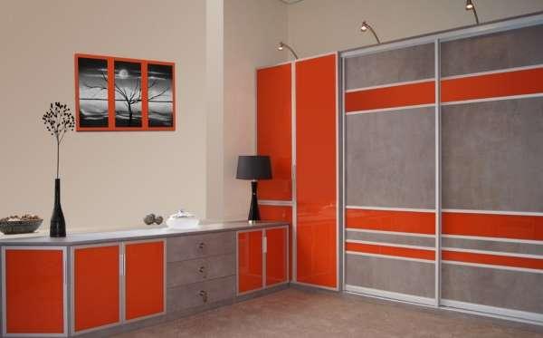 Встроенный шкаф купе в спальню - фото в красном и сером цвете