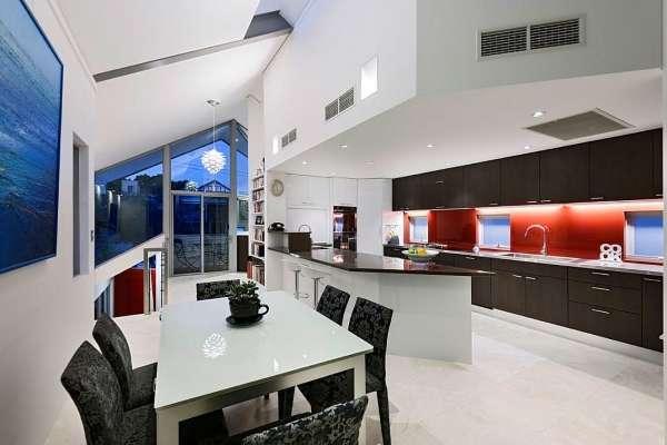 Современный интерьер кухни с окном в частном доме - фото