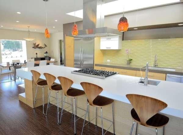 Дизайн современных кухонь в частном доме - фото со столовой