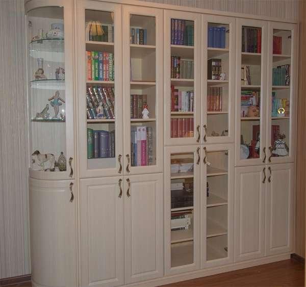 Идея книжного шкафа для гостиной в белом цвете