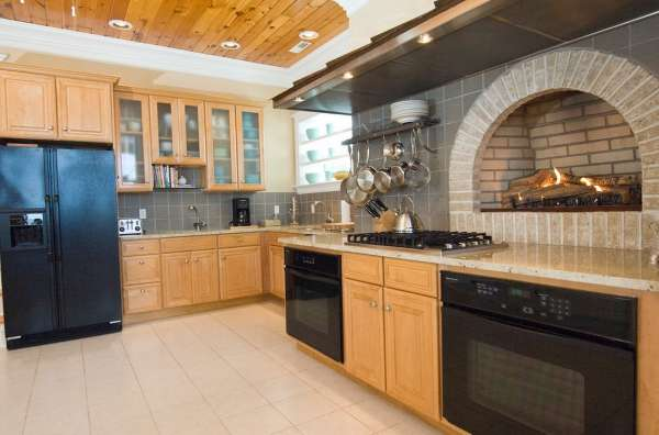 Дизайн кухни в частном доме со встроенной печкой