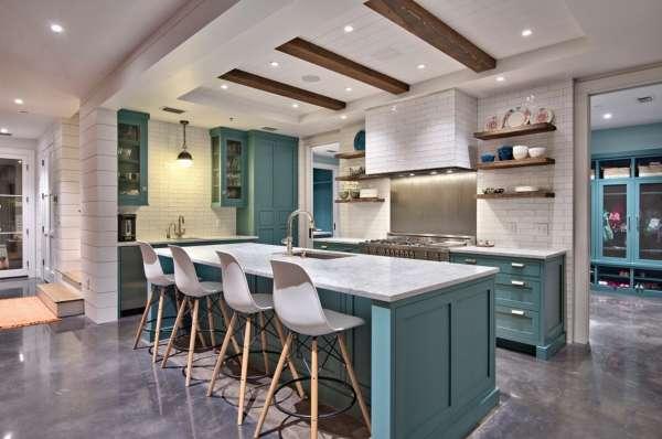 Кухня студия совмещенная с другими комнатами в интерьере частного дома