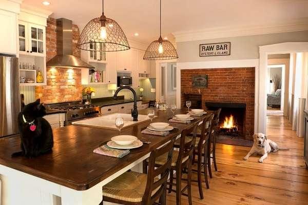 Интерьер кухни с печкой в частном доме с кирпичной стеной