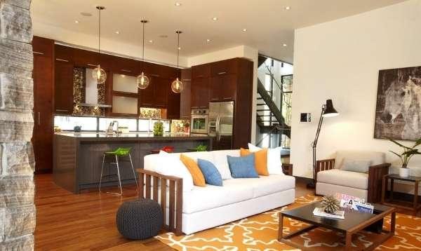 Интерьер большой кухни студии в частном доме - совмещенный с гостиной