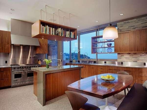 Интерьер кухни студии в частном доме с мебелью из дерева