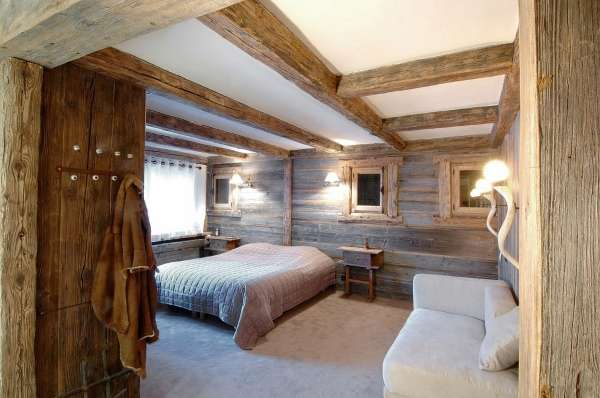 Интерьер спальни в загородном доме в стиле шале