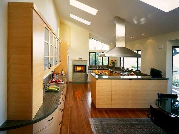 Современный интерьер кухни с камином в частном доме - фото дизайна 2017