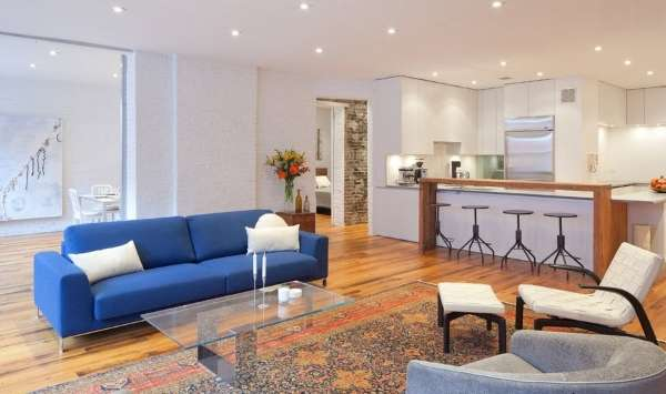 Интерьер кухни студии в частном доме в современном стиле