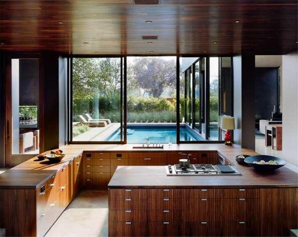 Интерьер кухни с окном над рабочей столешницей в частном доме