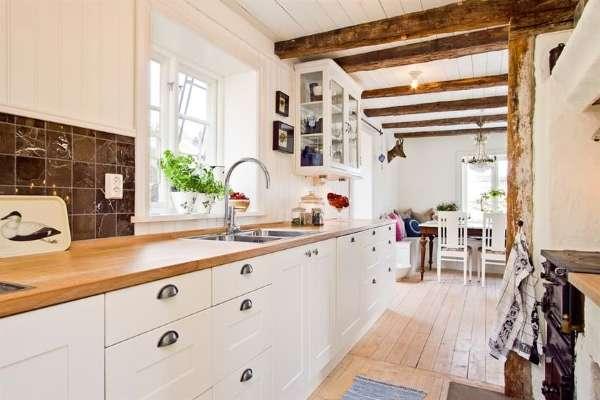Уютный интерьер небольшой кухни в частном доме