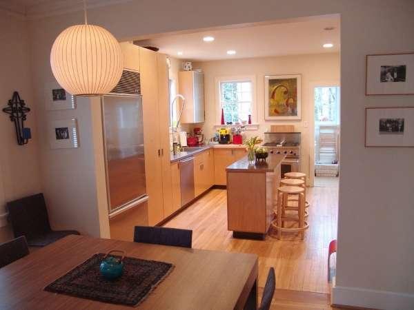 Интерьер маленькой кухни в частном доме - остров с барной стойкой
