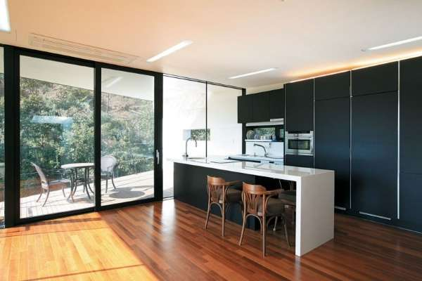 Интерьер небольшой кухни в частном доме с выходом во двор