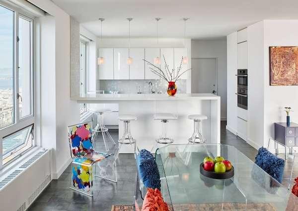 Интерьер кухни студии с окном в частном доме с белом цвете