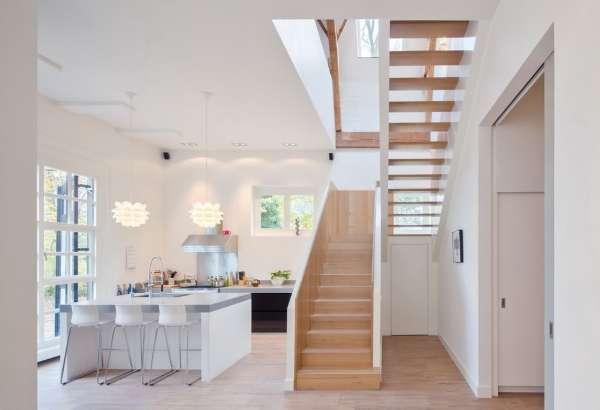 Дизайн и интерьер кухни в частном доме с большим окном
