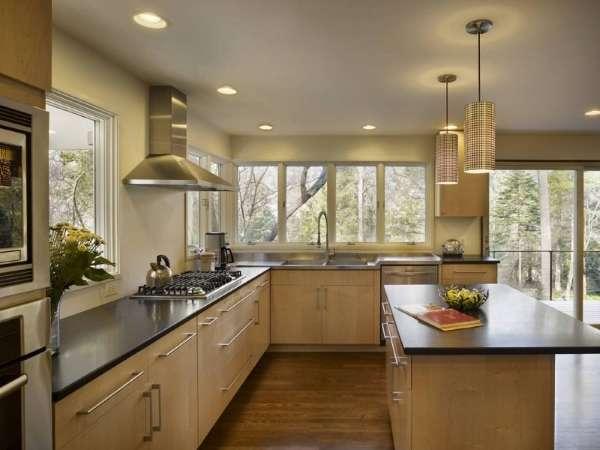Большой интерьер кухни с окном в частном доме в нейтральных тонах