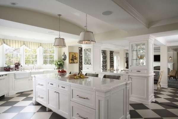 Интерьер большой кухни в частном доме с мойкой у окна - фото
