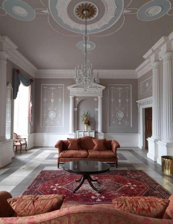 Дизайн интерьеров современного загородного дома - фото в стиле классика
