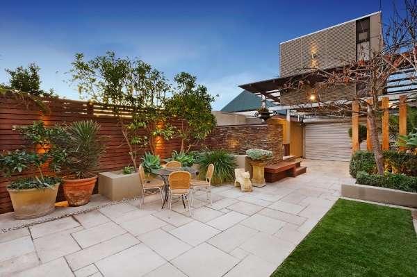 Дизайн двора частного дома - 30 фото современных дворов