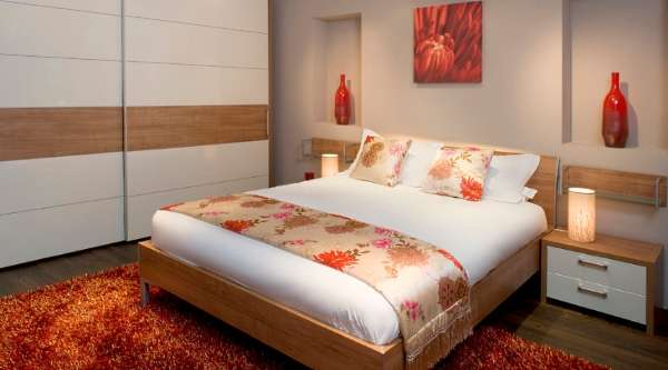 Современный дизайн спальни со шкафом купе - фото интерьера