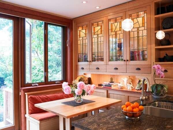Деревянный навесной шкаф со стеклянными дверцами на кухне
