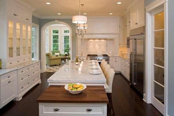 Дизайн кухни со стеклянными дверцами и подсветкой