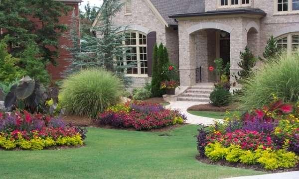 Ландшафтный дизайн двора фото своими руками - клумбы и газон
