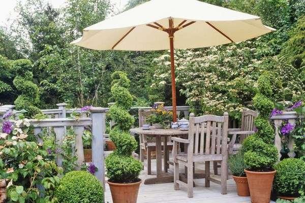 Деревянная мебель и забор в ландшафтном дизайне двора своими руками