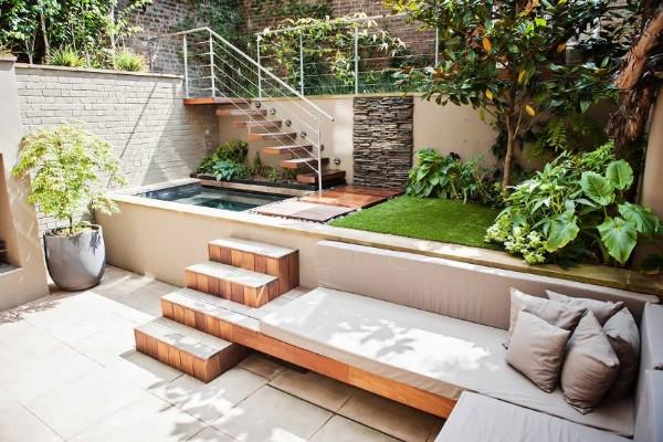 На фото: Ландшафтный дизайн двора