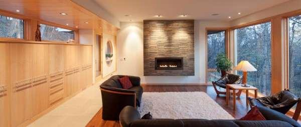 Современный дизайн интерьера частного дома с большими окнами