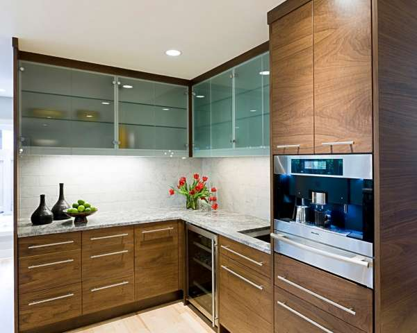 Навесные шкафы со стеклянными дверями для кухни