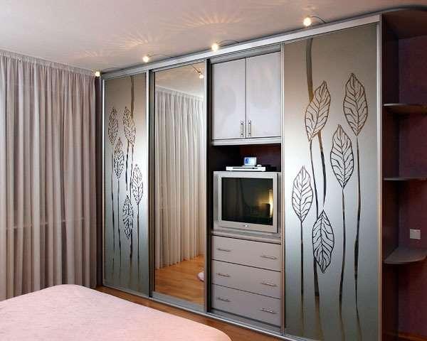 Шкаф купе с комодом под телевизор в спальню - фото с рисунком