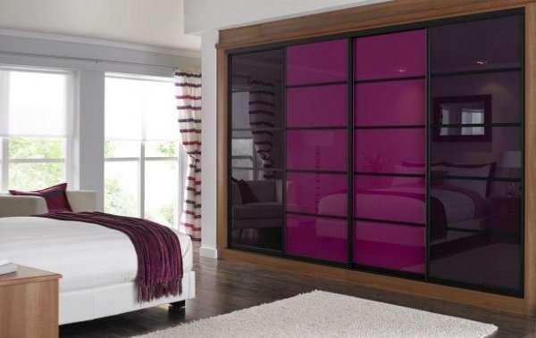 Встроенный шкаф купе со стеклянными дверями - фото в спальне
