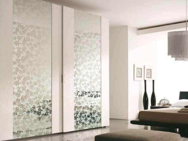 Шкаф купе для спальни со стеклянными зеркальными дверцами