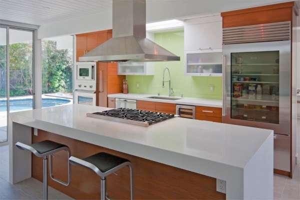 Дизайн современных кухонь в частном доме - остров с барной стойкой