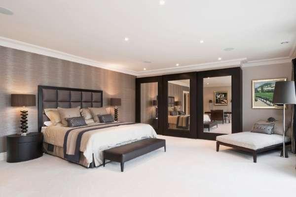Большой шкаф купе в спальню - фото с зеркальными дверям ив черной раме
