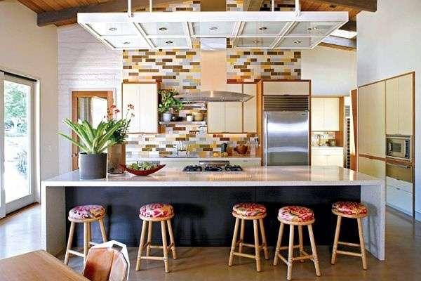 Совмещенная с гостиной кухня в частном доме с барной стойкой